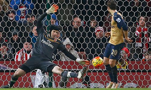Wenger ấn tượng đặc biệt với hai pha cứu thua của Cech, xem đó là bước ngoặt giúp Arsenal có điểm. Ảnh: Reuters.