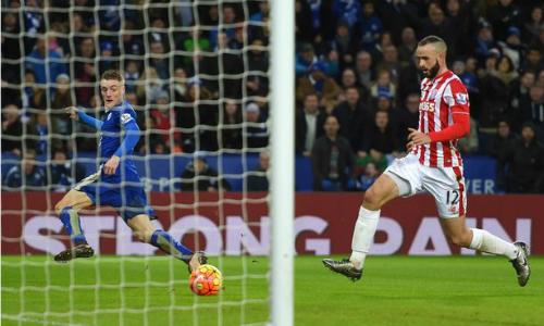 Jamie Vardy (áo xanh) trong pha thoát xuống nâng tỷ số lên 2-0 cho Leicester. Ảnh: Reuters.