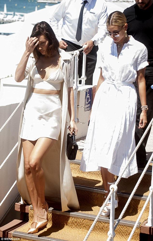 Diện chân váy ngắn tôn dáng như Bella Hadid