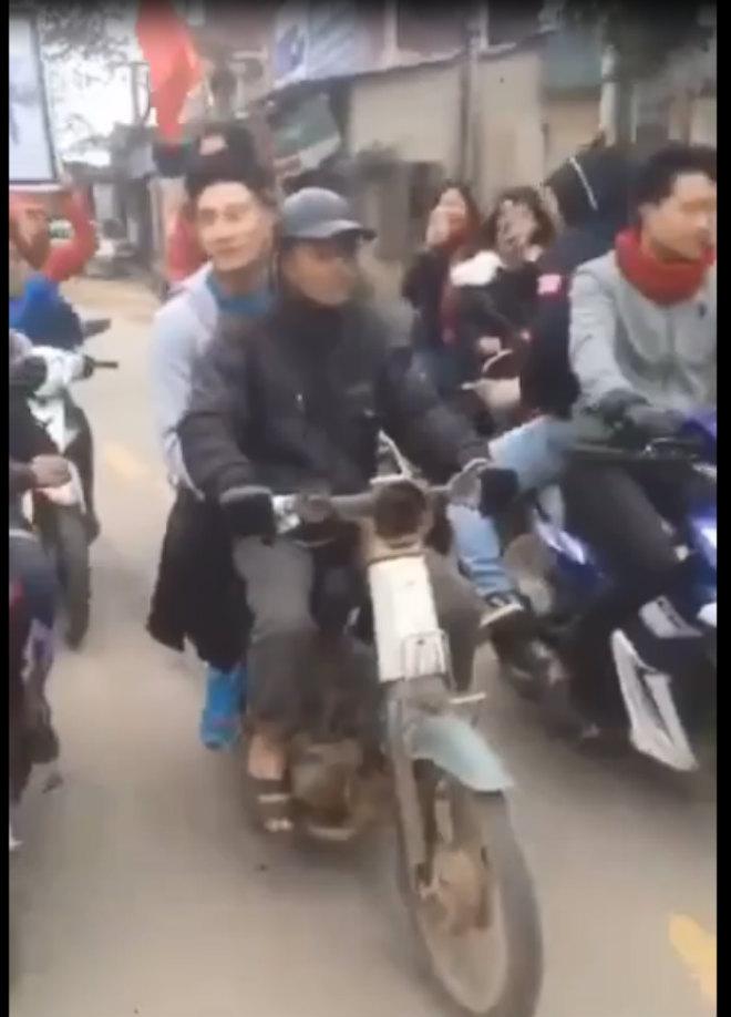 Thủ môn Văn Hoàng bỏ xe sang về bằng xe cà tàng của bố